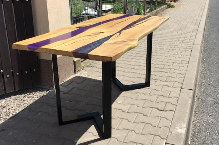 stůl s pryskyřicí